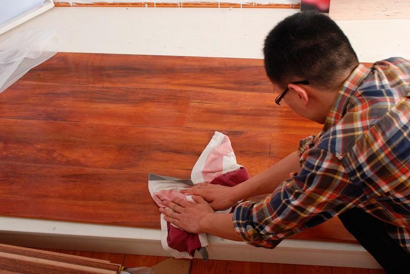 limpiar un suelo de tarima flotante